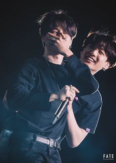 Jimin began to cry and Jungkook hug him Jimin comenzo a llorar y Jungkook lo abrazo! Jimin Jungkook, Taehyung, Bts Bangtan Boy, Foto Bts, Jung Kook, Busan, Namjin, K Pop, Bts Memes