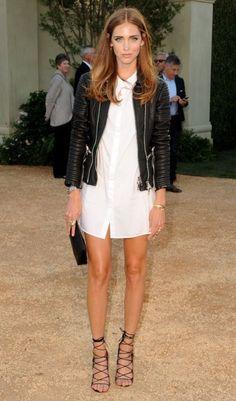 Chiara Ferragni trägt Schnürsandalen zum weißen Herrenhemd und Biker-Jacke
