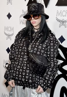 Billie Eilish attends MCM Global Flagship Store Grand Opening On. Billie Eilish, Beverly Hills, All Natural Makeup, Natural Facial, Rodeo, Pure Cosmetics, Normal Makeup, Alexander Mcqueen, Models Makeup