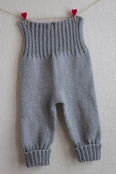 Jeg begynte på denne buksen før sommeren og mistet motivasjonen etter kun ett par runder med ribbestrikk i livet. Den har derfor ligget i s...
