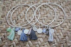 Bracciale Hoop Tassel, braccialetto mala sottile rigido, disponibile in 3 colori