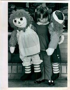 """1976 press photo with handmade 36"""" Raggedy Ann and Andy dolls offered for sale"""