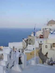 Greece Travel Inspiration - the Greek Islands are a bucket list destination for a good reason & Santorini is so dreamy! Oia is the perfect spot for watching the famous Santorini sunset and I have the perfect hotel for you if you love sunsets; click to rea