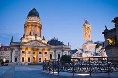 La #Gendarmenmarkt de #Berlin es una de las plazas más bonitas de la ciudad, creada en el año 1700 por Federico III. http://www.viajaraberlin.com/?page=mitte.php #turismo #Alemania