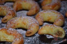 Když už je v neděli toho Martina, tak přece nesmí na stole chybět ani tyto rohlíčky. Peču je každoročně, je to u nás už taková klasika. S těstem se pracuje luxusně a nádivka je taky luxusní. Někdy oříšky melu nadrobno a někdy nechám i větší kousky, aby pod zuby krásně křupaly. Autor: Haanka Slovak Recipes, Czech Recipes, Croissant, Christmas Baking, Pistachio, Quick Easy Meals, Bagel, Nutella, Cake Recipes