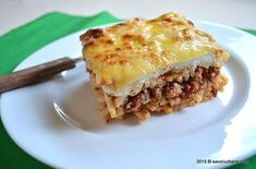 Macaroane cu carne la cuptor - Pastitsio. Reteta greceasca de paste cu carne tocata si sos alb (Bechamel). Impropriu numita lasagna greceasca sau lasagne cu Romanian Food, Coffee Shop, Brunch, Food And Drink, Low Carb, Pizza, Tasty, Sweets, Dinner