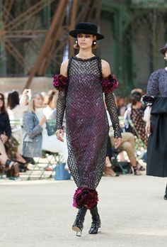 Looks from the Fall-Winter Haute Couture show on the CHANEL official website Chanel Couture, Style Haute Couture, Karl Lagerfeld, Coco Chanel, Winter 2017, Fall Winter, Fashion Art, High Fashion, Tweed