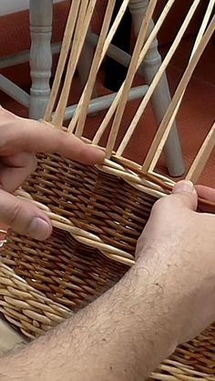 Paper Basket Weaving, Basket Weaving Patterns, Willow Weaving, Newspaper Basket, Leaf Crafts, Rattan Basket, Weaving Techniques, Pay Attention, Making Baskets