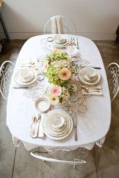 En blanco y centro de mesa floral
