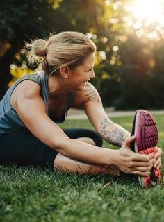Who needs a gym when you have a park? Learn 5 easy workout moves you can enjoy in the great outdoors (and without any equipment). Best Cardio Workout, Easy Workouts, Best Weight Loss, Weight Loss Tips, Hale And Hearty, Warm Up Stretches, Injury Prevention, Running Tips, Health Advice