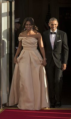 Obama and First Lady Michelle Obama who wore a Naeem Khan gown. Michelle Obama Flotus, Michelle Obama Fashion, Barack And Michelle, Barack Obama Family, Obamas Family, Malia And Sasha, American First Ladies, Versace Dress, Naeem Khan