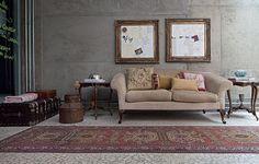"""Apesar do estilo marcante, a casa de Viviane Ximenes e GG Mattar quase não tem cores vibrantes. A parede tem concreto aparente e o piso é de pedras portuguesas. """"Como a pegada industrial é forte, quebramos um pouco com móveis clássicos"""", diz a estilista"""