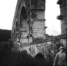 Dallaporta Régis, Pont du Gard, 1930, « Madeleine Crespel au Pont du Gard