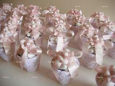 Lembrança convidados:  vasinhos de renda com amêndoas e camélias. Cada vasinho contém amêndoas confeitadas branca no tule.