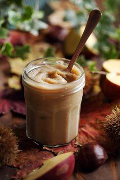 Une compote de pommes et châtaignes onctueuses et douces, parfaite pour accompagner des crêpes, de la brioche ou sur une tranche de pain de campagne.