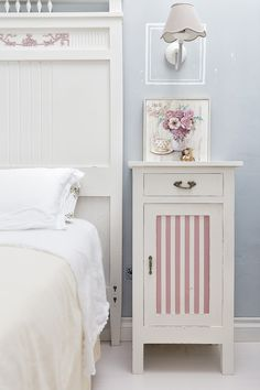 Your Guide To Shabby Chic Decor - Diy Home decor Shabby Chic Pink, Shabby Chic Bedrooms, Shabby Chic Homes, Shabby Chic Decor, Decoupage Furniture, Recycled Furniture, Shabby Chic Furniture, Armoire Ikea, House Furniture Design