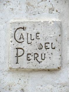 Cacería Tipográfica N° 234: Señal tallada en sillar para la Calle del Perú en Yanahuara, Arequipa.