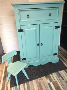 Meidenkastje in spring blue met bijpassend stoeltje   Maten 140 hoog  96 cm breed  50 diep  €175 vaste prijs