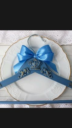 Bride Hanger, Wedding Dress Hanger, Wedding Dresses, Wedding Decorations, Vintage Decorations, Groom Style, Wedding Photos, Wedding Ideas, Shabby Chic Decor