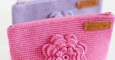 Tätä on toivottu paljon ja hartaasti, ja tässä se nyt tulee! Ohje suunnittelemaani kukkapussukkaan. Ohje sopii virkkauksen perusj... Water Crafts, Diy And Crafts, Coin Purse, Wallet, Tote Bag, Cool Stuff, Shopping, Crochet Dolls, Crochet Tote