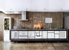 La cocina es la mitad del apartamento de este fotógrafo en Bogotá. Utilizó mobiliarío de demolicíon y lo restauró para llegar a un resultado de estética planeada. Foto: Monica Barreneche.