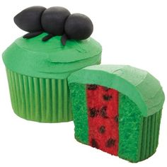 How cute are these Picnic Pal Cupcakes?  Make these for your next barbecue with Duncan Hines White Cake Mix.