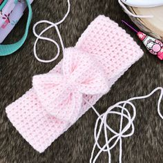 Hi, friends! This tutorial includes instructions for a crochet bow band, sizes newborn-large adult. I have also included instructions to attach the bows to the band as well as a pattern for the sma… Crochet Bow Pattern, Newborn Crochet Patterns, Crochet Bows, Knit Patterns, Crochet Ideas, Crochet Projects, I Love This Yarn, Christmas Crochet Patterns, Gift Bows