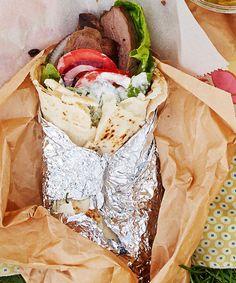 Lammasgyros ja fetakastike Gyros on kreikkailainen pitarulla, joka kätkee sisäänsä lihaa, kasviksia ja herkullista fetakastiketta.