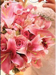 Buquê em tons de rosa com rosas, astromélias e lírios