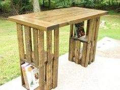 Cajas de madera de la fruta, que podemos emplear para fabricar prácticos muebles como esta barra, que lleva como patas cuatro de estas cajas, a juego con dos bonitos taburetes, basados en la misma idea.