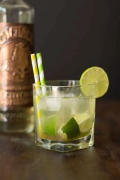 How about chilling out with this refreshing Caipirinha (Brazilian drink)? It is made with lime, sugar, ice and cachaça. Cachaca is a Brazilian version of rum. This is a light version made with honey! Brazilian Drink, Brazilian Cocktail, Brazilian Dishes, Brazilian Recipes, French Desserts, Fun Desserts, Caipirinha Cocktail, Vegetable Skillet Recipe, Cheers