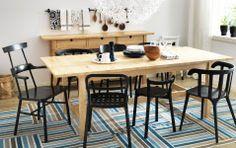 Kiva yhdistelmä, tuolit ja pöytä.