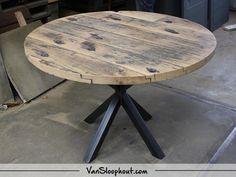 Wagondelen tafel rond met een ster frame! Leuke tafel om met al je gasten rond te  zitten. #sloophout #reclaimedwood #wagondelen #ronde #tafel #tafelblad #staal #frame #wonen #interior #interieur #vtwonen #inspiratie #home #living #horeca #kantoor #meubels #hout #furniture #wood #robuust #industrieel #industrial Round Dining Table Modern, Dining Table Chairs, Wood Pallet Furniture, Wood Pallets, Circle Table, Loft Interiors, Home Remodeling, Wood Projects, Sweet Home