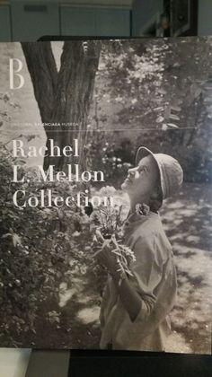 El Museo Cristóbal Balenciaga acoge parte de la impresionante colección de Rachel Mellon, una de las mejores clientas del modisto español. Rachel Lambert Mellon (1910-2014), gra…