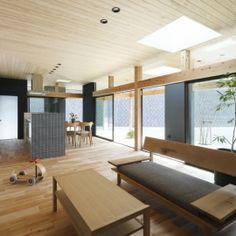 「阿久比の家」広いデッキ・水平に広がる・カフェの部屋 LDK