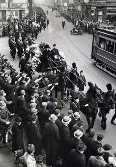 Tweede Wereldoorlog. Wachtmeester van de WA Hendrik Evert Koot wordt onder grote belangstelling en met veel WA-vertoon naar begraafplaats Zorgvliet vervoerd. Hier trekt de stoet door de Ferdinand Bolstraat. Koot kwam om tijdens een treffen in de Amsterdamse Jodenbuurt van WA-mannen en een knokploeg communisten. Nederland, Amsterdam, 17 februari 1941.