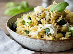 Fusilli mit Zucchini, Mozzarella und schwarzen Oliven