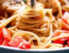 Une recette très simple qui consiste en un plat de pâtes, avec des poitrines de poulet, et une délicieuse sauce à la bruschetta! C'est nourrissant et santé!