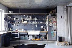 Industrialna kuchnia własnego projektu ze stalowych płaskowników i z blatem zparkietu przemysłowego