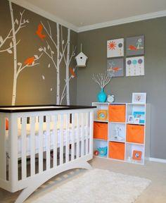 babyzimmer gestalten neutral graue wandfarbe wandgestaltung bäume vögel aqua orange