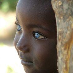 bruine huid, en blauwe ogen