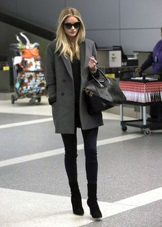 Street style: Rosie Huntington Whiteley Looks gorgeous in a grey coat over an all black outfit & boots Fall Winter Outfits, Autumn Winter Fashion, Winter Style, Summer Outfits, Schwarzer Mantel Outfit, Mode Ootd, Look Blazer, Gray Blazer, Moda Chic