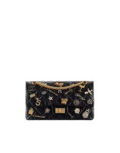 Sac 2.55, veau vielli, charms & métal doré-noir - CHANEL Métiers d'art 2016-17 at the Ritz Paris #ChanelMetiersdArt #ParisCosmopolite #RitzParis Visit espritdegabrielle.com | L'héritage de Coco Chanel #espritdegabrielle