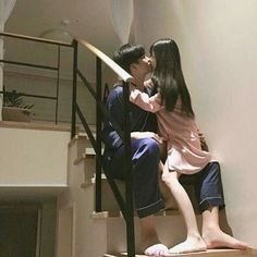 her legs look too thin if she just tripped down those stairs they'd prolly snap in half Photo Couple, Love Couple, Couple Goals, Cute Korean, Korean Girl, Asian Girl, Ulzzang Couple, Ulzzang Girl, Parejas Goals Tumblr