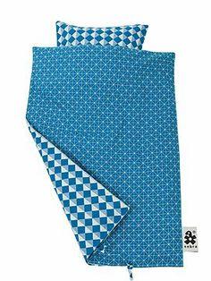 Tolle grafische Wendebettwäsche in blau. Die Bettwäsche ist aus eco Baumwolle gefertigt und damit besonders gut verträglich, sie wird mit ei...