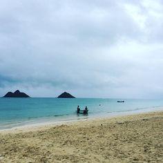 海<プールのうちのgirlsが珍しく#海 に行きたいというので#早起き してきてみたら… #カイルア#雨 。 #ハワイ #hawaii #kailua #ビーチ #beach #lanikai