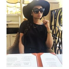Black floppy hat x Black sunglasses