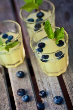 Esta bebida de mojito de blueberry es una novedad en los bares, te encantará esta receta y su sabor. Prepárala y acompaña esta bebida con hojitas de hierbabuena.