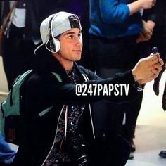 Luke Brooks 'proposing' to a fan today at the airport, awaiting to meet & greet fans at Times Square, New York