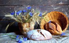 Обои картинки фото натюрморт, хлеб, васильки, колоски